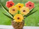Cắt tỉa bình hoa bằng trái dứa