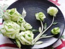 Khéo tay tỉa hoa từ dưa chuột trang trí đĩa ăn
