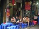 Thưởng thức quà sáng ở phố cổ Hà Nội