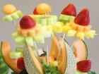Khéo tay cắt tỉa trái cây thành bình hoa