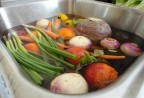 Ngâm rau sống với nước muối có hết được thuốc sâu?
