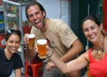 Khách Tây thích thú với văn hóa bia hơi ở Hà Nội
