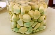 Tỏi ngâm dấm chuyển màu xanh có nên ăn không?