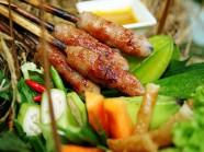 Thưởng thức hương vị nem lụi xứ Huế