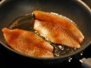 Những mẹo rán cá không bị bắn dầu ra ngoài