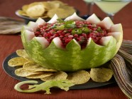 Tỉa dưa hấu thành giỏ hoa đựng salad