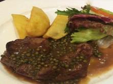 Cách làm món bò bít tết với sốt tiêu xanh thơm ngon đúng điệu