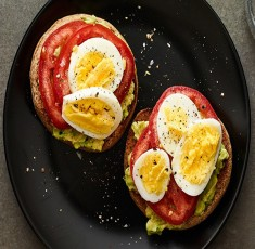 Ngày mới khỏe mạnh với món bánh mì nướng quả bơ, cà chua và trứng hấp dẫn