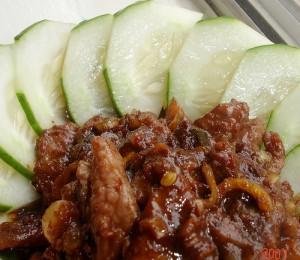 Lòng lợn non và thịt xào mắm ruốc của người miền Trung