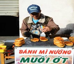 Du lịch Đà Lạt thưởng thức bánh mì nướng muối ớt