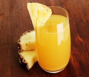 Phòng tránh bệnh xương khớp bằng cách uống nước dứa