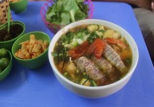 Thưởng thức bún hải sản ở Hà Nội