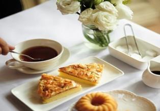 Đi ăn bánh uống trà làm nóng mùa đông Hà Nội