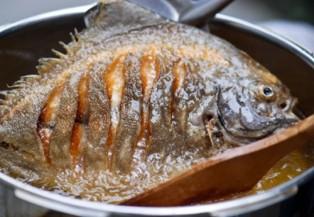 Mẹo rán cá không bị bắn và sát chảo