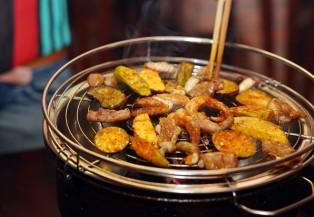Thưởng thức món nướng trên đường Quang Trung