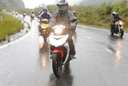 """Những kinh nghiệm """"để đời"""" khi điều khiển xe máy AN TOÀN trong thời tiết mưa bão"""