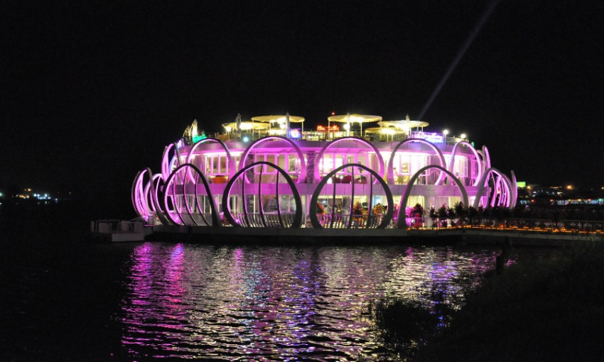 Nhà hàng nổi Sông Hương