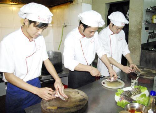 Chế biến món Cá Hói Nướng - Nhà Bếp Lẩu Hồng Kông