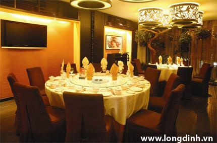 Một góc không gian nhà hàng Long Đình - 64B Quán Sứ.