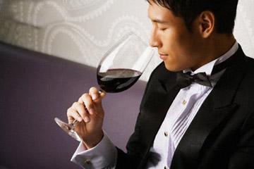 ngửi và nếm rượu vang