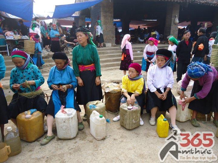 """Người Mông mang đến chợ các vật phẩm """"của nhà trồng được"""" để trao đổi, buôn bán"""
