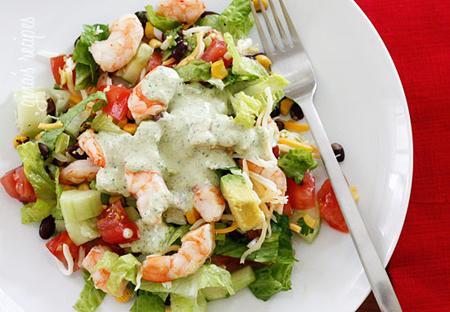 Làm salad với tôm, đậu đen, dưa chuột và bơ