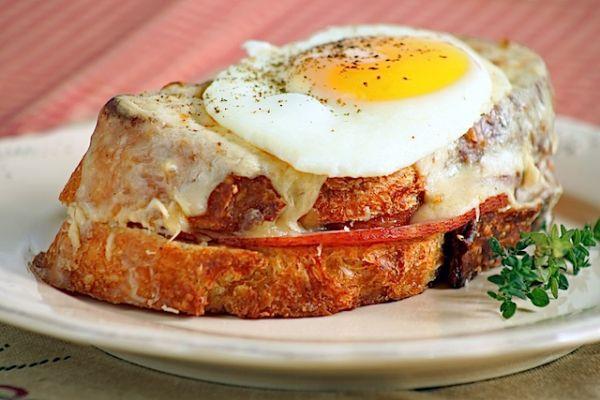Sandwich trung giam bong lam trong 5 phut van ngon nhu nha hang