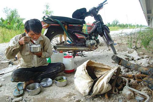 Người dân lao động ăn cơm rau ngay ngoài đường