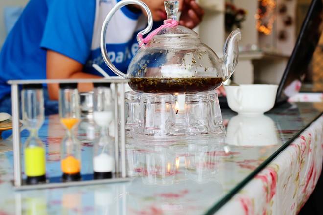 Đồng hồ cát được đặt ở những mức giờ khác nhau tương ứng với loại trà