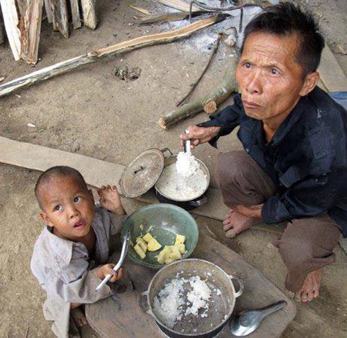 Người dân ăn cơm ngay tại nồi
