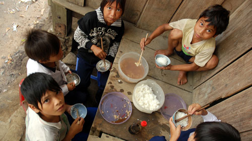 Bữa cơm của trẻ em vùng cao