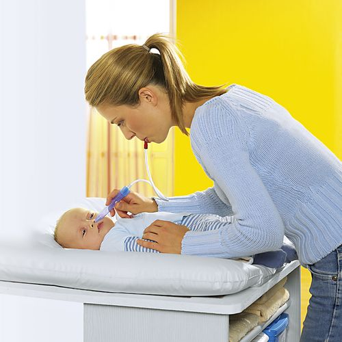 Vệ sinh mũi, nhỏ mũi cho trẻ bằng nước muối sinh lý