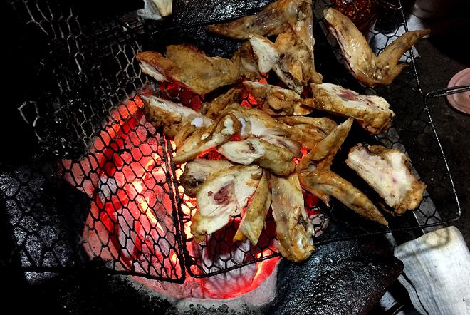 Thưởng thức chân gà nướng nổi tiếng phố núi 1