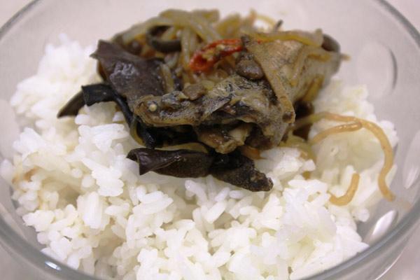 Cá bống dừa chưng tương ăn với cơm nguội