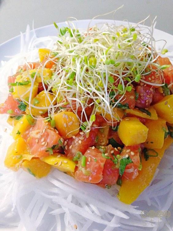 Salad xoài và cá hồi sống
