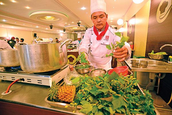 Đầu bếp Lê Minh Tâm, nhà hàng Đông Xuyên (Long Xuyên - An Giang), chuẩn bị rau tươi cho món canh chua cá ba sa