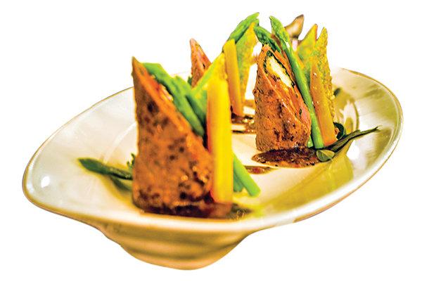 Món bò cuộn nấm kim châm xốt tiêu đen.