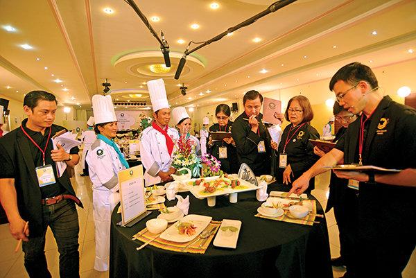 Ban giám khảo chấm điểm phần trình bày món ăn của nhóm đầu bếp nhà hàng sinh thái Út Dzách