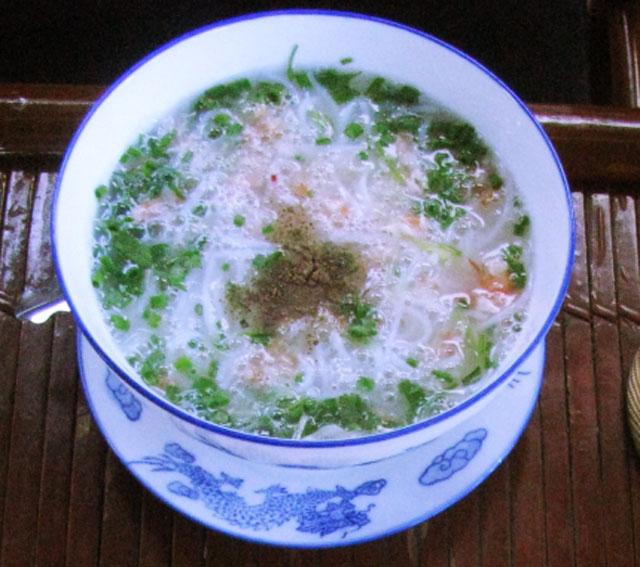 Bún tôm ăn kèm với bánh tráng gạo nướng chín, muối ớt bột