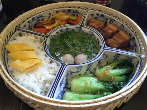 Mâm cơm Việt đặc trưng bốn món