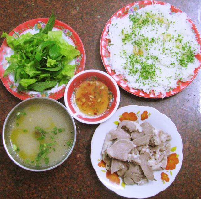 Du lịch Bình Định đừng quên món bánh hỏi lòng heo