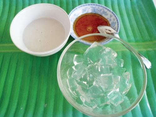Xu xoa ăn kèm với nước cốt dừa và đường cát
