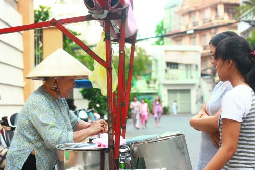 Thưởng thức xe chè đậu 30 trong hẻm Sài Gòn 2