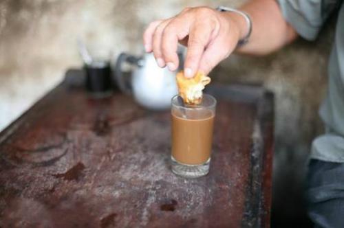 Bánh quẩy chấm cà phê sữa