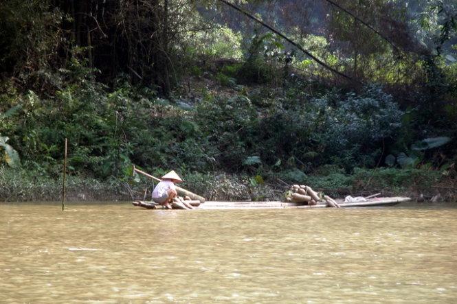Người dân đánh cá trên Hồ Ba Bể