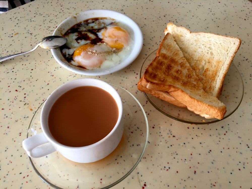 Bánh mỳ nướng Kaya ăn với trứng lòng đào