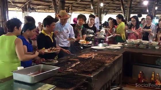Hoảng hồn cảnh du khách Trung Quốc tranh nhau ăn buffet