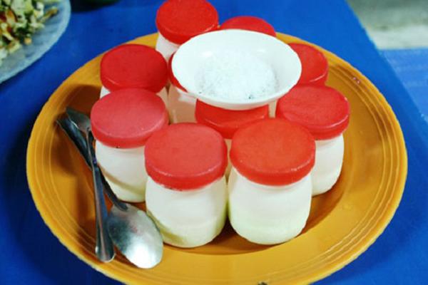 Những hũ sữa chua nhỏ xinh bên cạnh đĩa muối nhỏ là nét đặc trưng cho yaourt muối Đà Nẵng