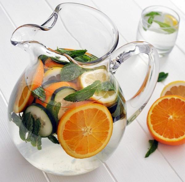 Nước cam, dưa leo và lá bạc hà