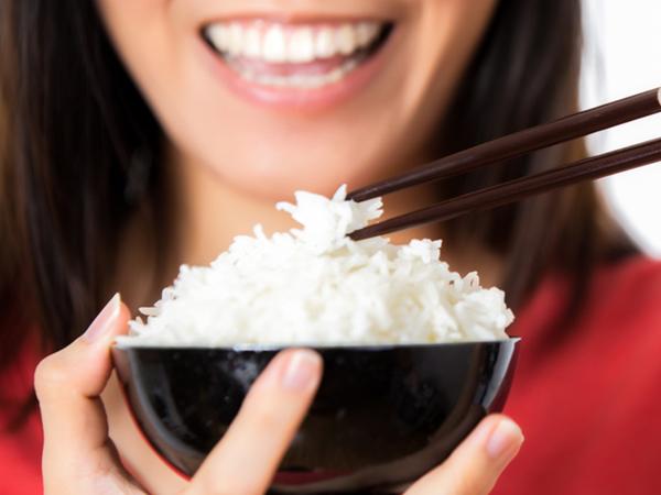 Cảnh báo: Cơm ăn sai cách cũng có thể gây tổn hại lâu dài đến sức khỏe4